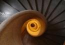 Un escalier en béton ciré