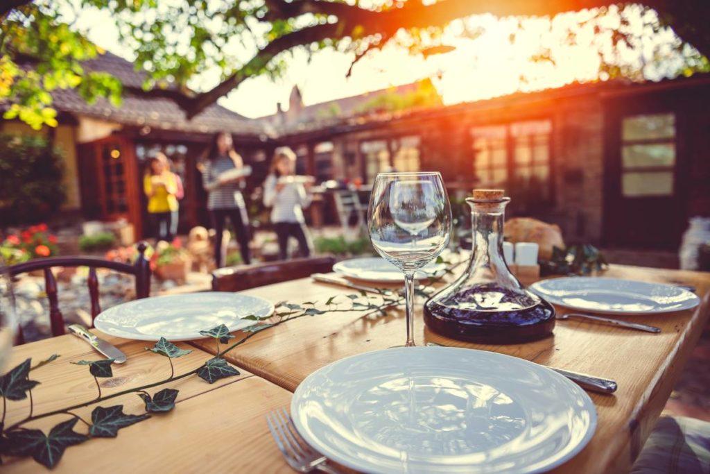 Les terrasses à l'ombre pour les repas d'été